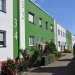 Frische Farbe an der Fassade und bunte Vorgärten in der Großräschener Gewoba-Siedlung